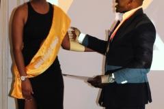 Daisy remet un prix à Kody aux brukmer golden artistic awards