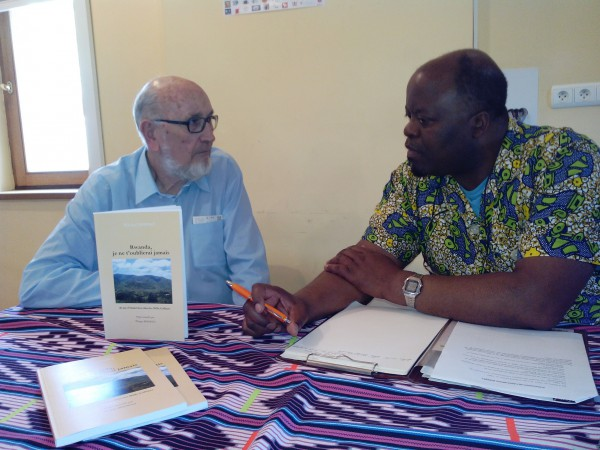 Lors d'une conférence sur le Rwanda aux côtés de l'homme d'église, Michel Donnet.