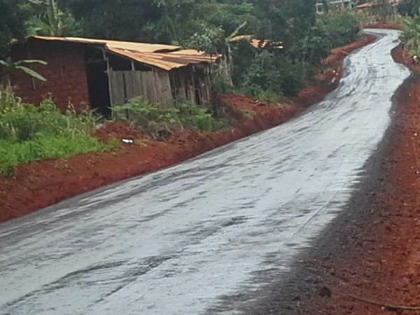Cameroun - Route rénovée spécialement pour le convoi funéraire d'un ancien homme d'État.