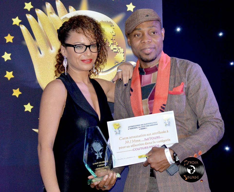 Fall Touré reçoit le prix mode des mains d'Ammouna