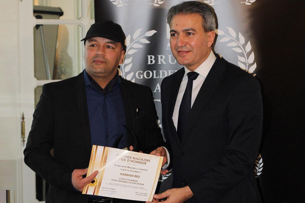 Harwan Red reçoit son pris des mains d'Emir Kir, Bourgmestre de Saint Josse Bruxelles)